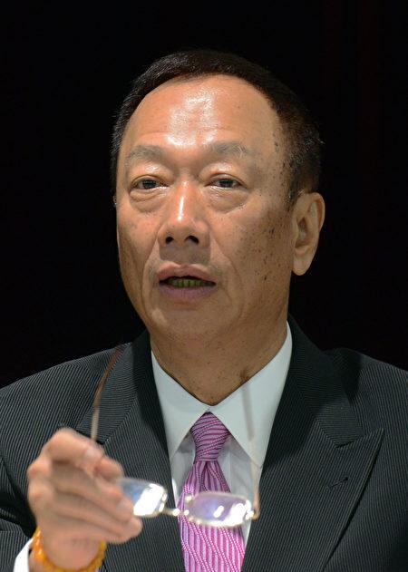 鸿海集团董事长郭台铭13日表示,台湾政府的行政效率输美国许多,若非必要不想回台。/AFP