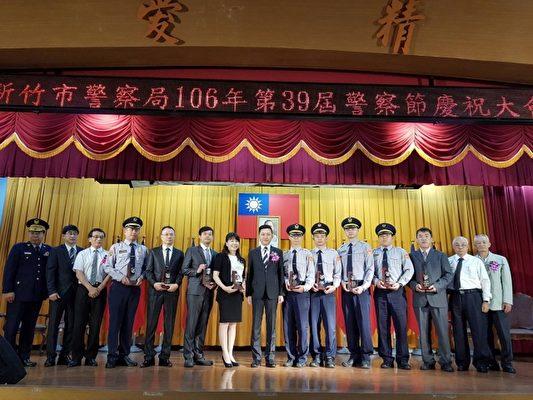警察節表揚市長林智堅親臨現場頒發獎項。(林寶雲/大紀元)