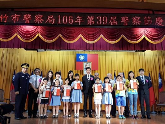 獲得交通安全繪畫比賽9名國小學童。(林寶雲/大紀元)