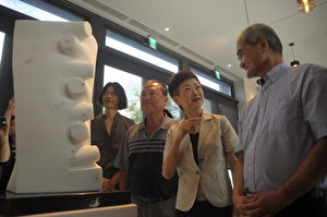 花蓮縣文化局長陳淑美(右2)與多位石雕藝術家分享作品。(詹亦菱/大紀元)