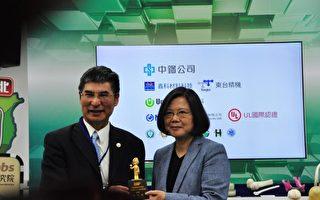 科技部長陳良基贈送3D列印「Q版蔡英文」公仔給蔡總統。(賴月貴/大紀元)