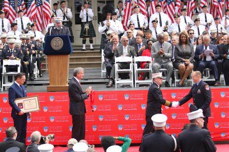 获最高荣誉的李詹姆斯(James P. Lee,前台右一)上台领奖。