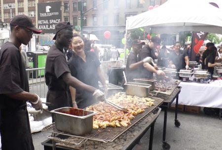 熱氣騰騰的辣烤雞翅。