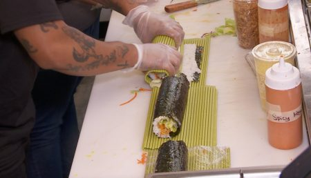 現做的巨型壽司。