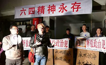 悉尼Newtown新州议员Jenny Leong(右)也到现场表达对民主运动的支持。(安平雅/大纪元)