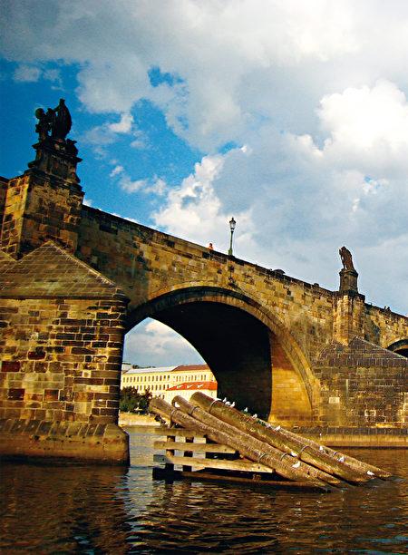 见证捷克诸多悲欢离合的卡尔大桥,不仅是捷克境内的美景,也是卡尔四世的丰功伟绩。(《捷克经典》/柿子文化)