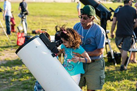 天文节上,游客有机会通过天文望远镜亲自观察星空。(石青云/大纪元)