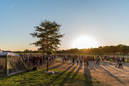 天文节在华盛顿纪念碑旁的国家广场上举行,吸引络绎不绝的游客。(石青云/大纪元)