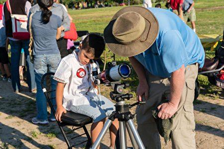 日落前,游客有机会通过特殊望远镜观察太阳。(石青云/大纪元)