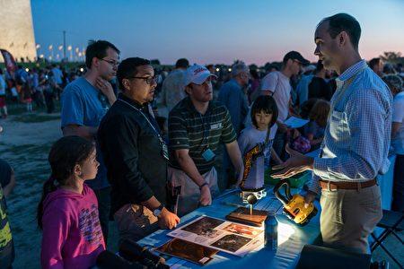 工作人员在向游客讲解开普勒空间望远镜。(石青云/大纪元)