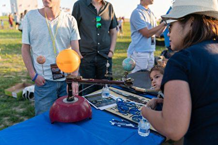 天文节上的很多道具十分吸引儿童。(石青云/大纪元)