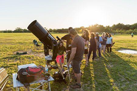 随着天色变暗,越来越多的望远镜前排起了长龙。(石青云/大纪元)