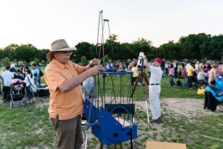 天文爱好者正在搭建望远镜。(石青云/大纪元)