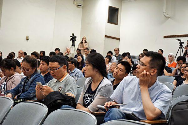当晚,不少关注莹颖安全的华人学生学者参加会议并提问。(温文清/火狐体育)