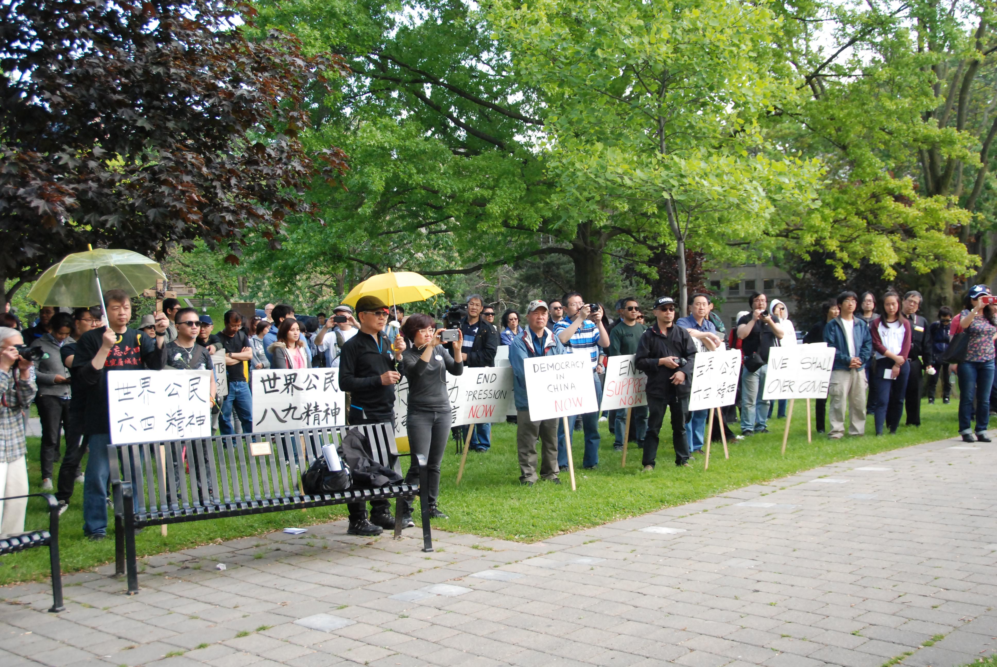 """6月4日,多伦多华人在多伦多大学""""六四""""纪念碑前集会,抗议中共""""六四""""暴行。(伊铃/大纪元)"""