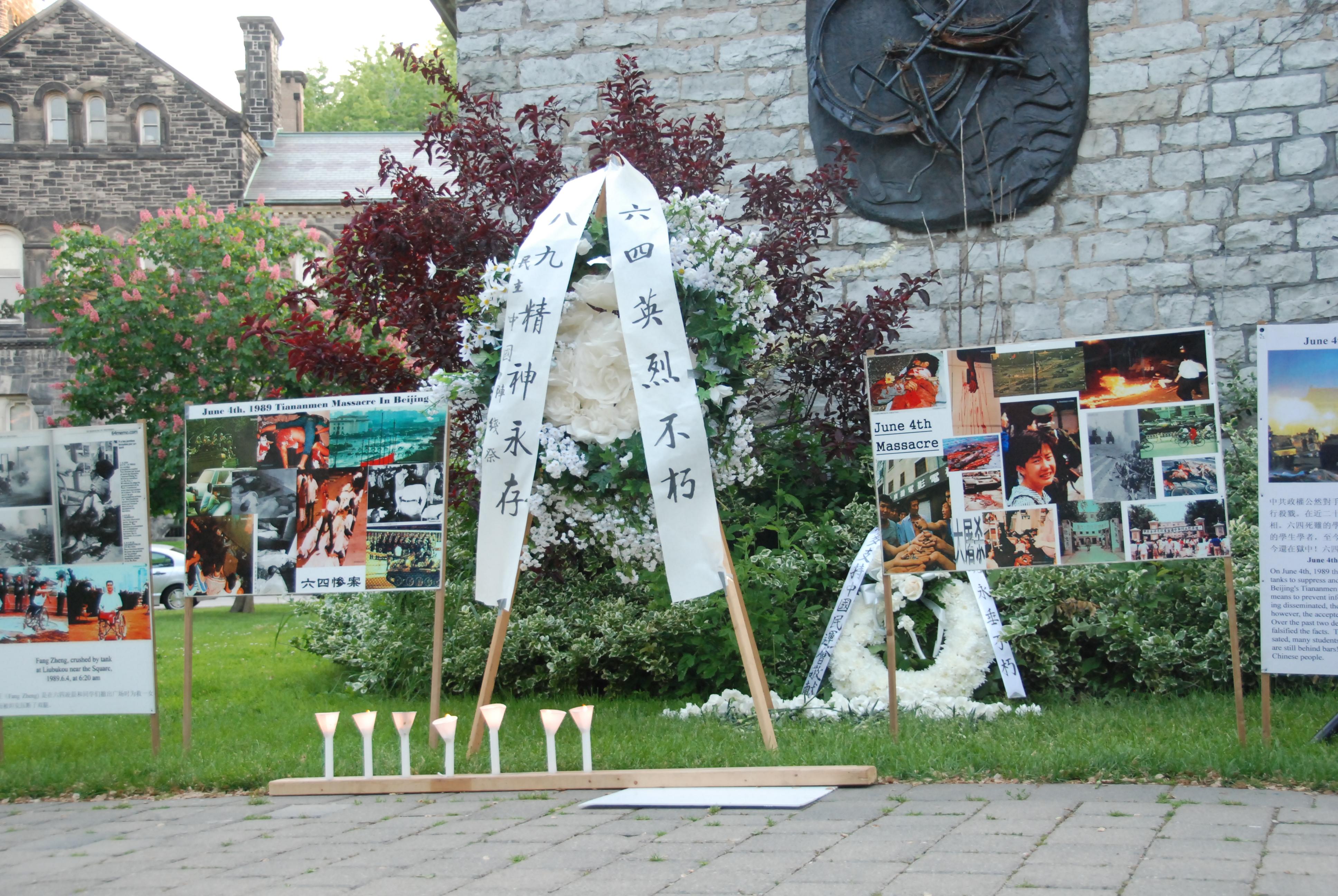 """民众在多伦多大学""""六四""""纪念碑前献花。(伊铃/大纪元)"""