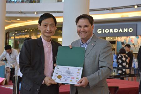 图:第八届中医针灸健康日义诊现场,NDP国会议员戴伟思(左)到场支持并颁发褒奖。(邱晨/大纪元)