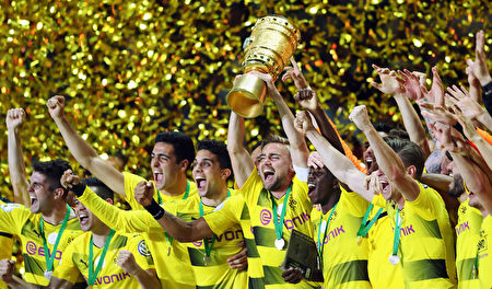 多特蒙德贏得德國盃勝利後,25萬球迷上街慶祝,約700名警察維持秩序。 (Alex Grimm/Bongarts/Getty Images)