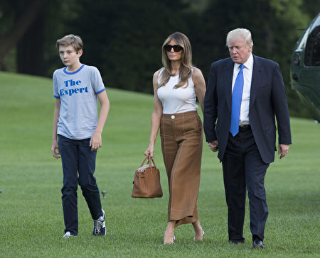 WASHINGTON, D.C. - JUNE 11: (AFP-OUT) U.S. President Donald Trump, first lady Melania Trump and their son Barron Trump arrive at the White House June 11, 2017 in Washington, DC. According to reports, Melania and Barron will soon be moving from Trump Tower in New York City to the White House. (Photo by Chris Kleponis-Pool/Getty Images)