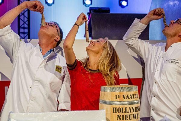 荷蘭2017年第一桶鯡魚身價6萬5千歐元