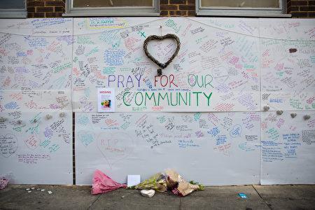 民眾在牆壁上寫下關懷之語,向受難者致意。(Jack Taylor/Getty Images)