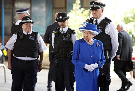 6月16日英國女王和威廉王子探望了格林菲爾大廈火災的受難者、消防隊員、志願者和社區代表。 (Dan Kitwood/Getty Images)