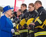 6月16日,倫敦大火後的第三天,英國女王接見消防員和醫護人員。大火死亡人數達到79人。(Dominic Lipinski - WPA Pool /Getty Images)