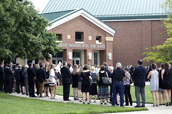 从朝鲜获释美大学生今下葬  2500人送行