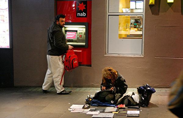 少時曾被請出家門的澳洲女CEO以獨特的方式向流浪者伸出援手。圖爲墨爾本街頭的流浪女。(Scott Barbour/Getty Images)