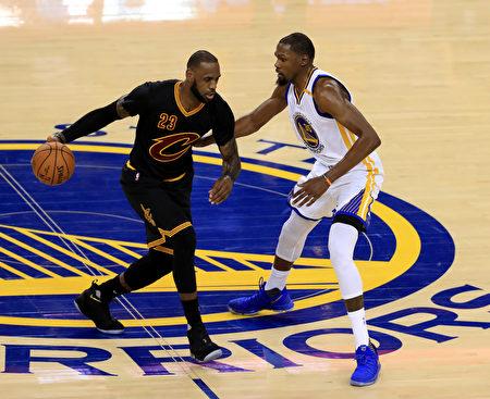 詹姆斯(左)独木难支,骑士连输两场。图为杜兰特在防守詹姆斯。 (Ronald Martinez/Getty Images)