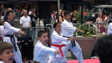一年一度的跆拳道节周五在时代广场展开一整天的活动。
