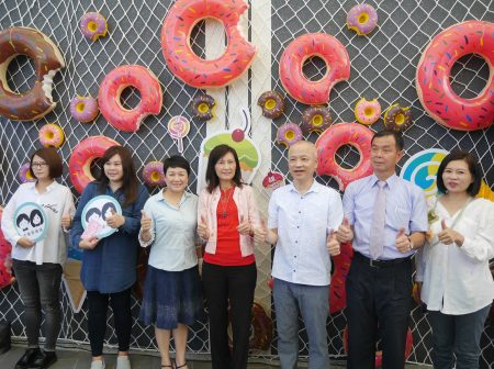 高市觀光局長曾姿雯(左四)邀請國內外遊客今年到高雄甜meet一夏。