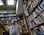 哥国清洁工花20年收旧书 设图书馆助穷人