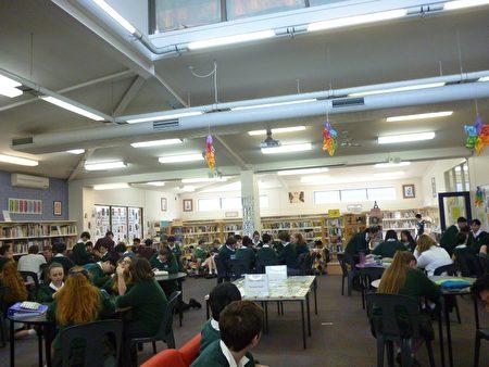 課後輔導課程在圖書館持續進行。(Highvale高中提供)