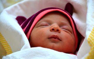 出生6天的寶寶會裝睡 偷瞄大人好得意