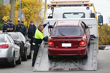 6月6日,墨尔本警方继续调查恐袭案。图为警方拖走凶手卡伊雷的汽车。(Michael Dodge/Getty Images)