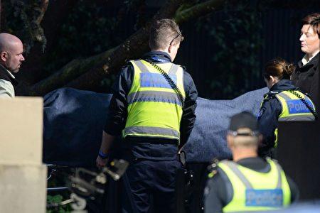 6月6日,墨尔本恐袭后,警方协助验尸官运走遇难者遗体。(AFP/Getty Images)
