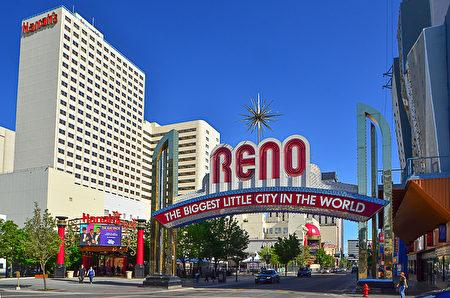 """雷诺市最著名的地标-雷诺拱门,上标有城市口号""""雷诺,世界最大的小城""""(Reno, the Biggest Little City in the World)。(摄影:李旭生/大纪元)"""