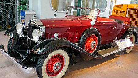 """雷诺的""""国家汽车博物馆""""中的藏车-1936年款帕卡德Packard老爷车。(摄影:李旭生/大纪元)"""