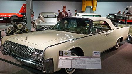 """雷诺的""""国家汽车博物馆""""中的藏车-肯尼迪总统的座驾1962年款林肯大陆Lincoln Continental。(摄影:李旭生/大纪元)"""