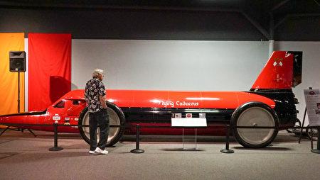 """雷诺的""""国家汽车博物馆""""中的藏车-装配火箭发动机的超级赛车Flying Caduceus。(摄影:李旭生/大纪元)"""