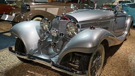 """雷诺""""国家汽车博物馆""""中的藏车-银光闪闪的1936年款奔驰Mercedes-Benz。(摄影:李旭生/大纪元)"""