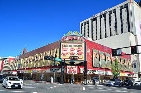 位于雷诺市中心的老牌赌场Cal Neva和已经倒闭的Virginian赌场。(摄影:李旭生/大纪元)