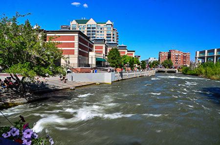 汹涌的特拉基河(Truckee River)从雷诺市中心流过。(摄影:李旭生/大纪元)