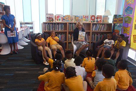 6月2日,教育部长德沃斯为鹰院特许公立学校的一年级学生读书。(周汉音/大纪元)