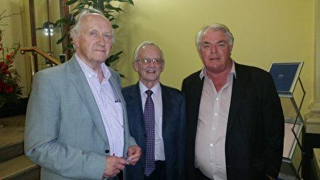 7月6日晚愛爾蘭舉行紀錄片《活摘》首映式,致力於為腎病患者服務的慈善志願機構——愛爾蘭腎臟協會(Irish Kidney Association)的名譽祕書約翰•威蘭(John Whelan)和臨時名譽顧問科林•麥肯齊(Colin Mackenzie)一道觀看了紀錄片。左一為科林•麥肯齊,中間者為約翰•威蘭。(李凌雲/大紀元)