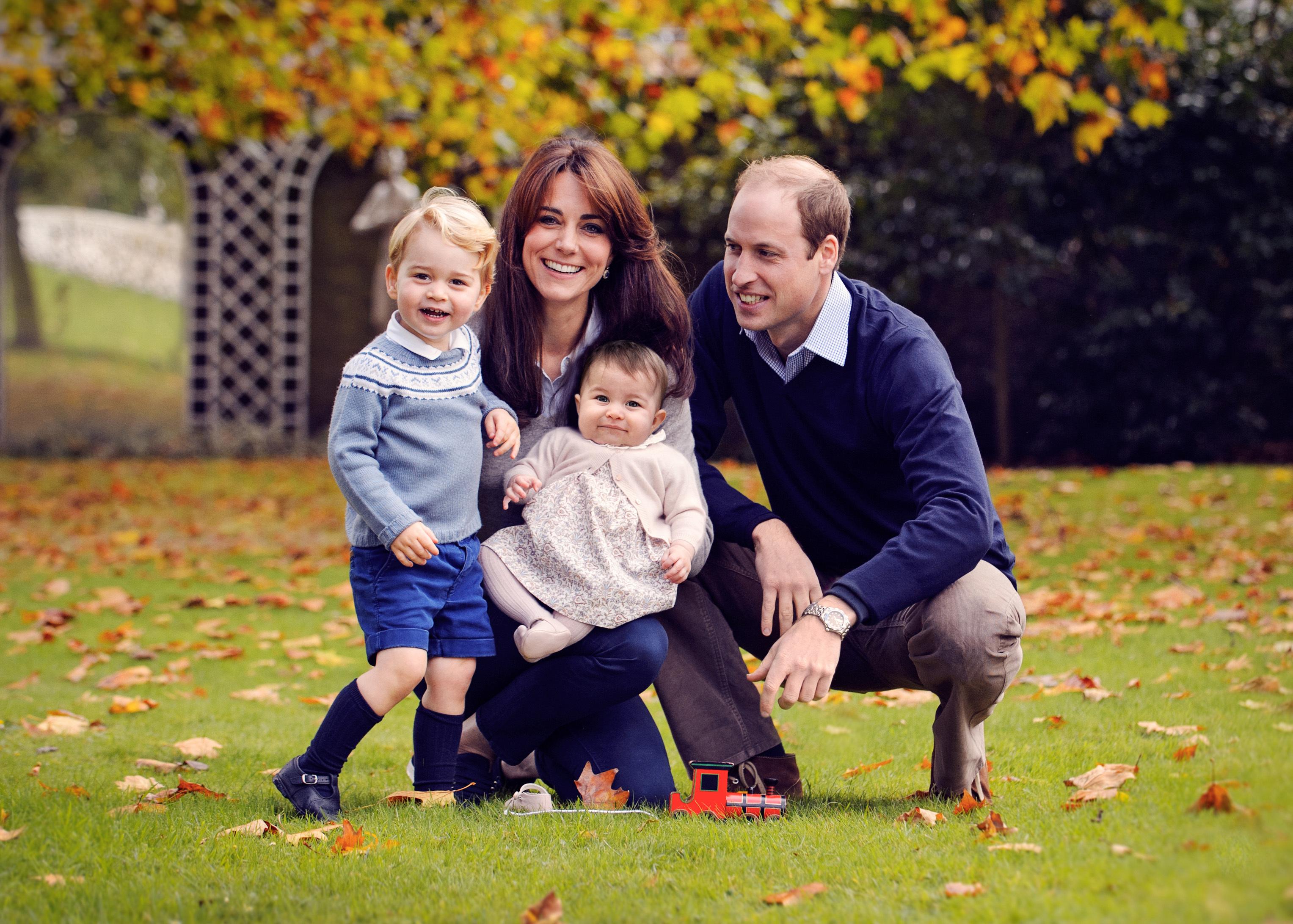 威廉王子一家四口於2015年12月18日攝於倫敦。(CHRIS JELF / AFP)