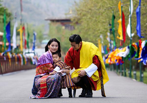 國王楚旺克(Jigme Khesar Namgyel Wangchuck)、王后佩瑪(Jetsun Pema)和小王子。(AFP PHOTO/Royal Office for Media Bhutan)
