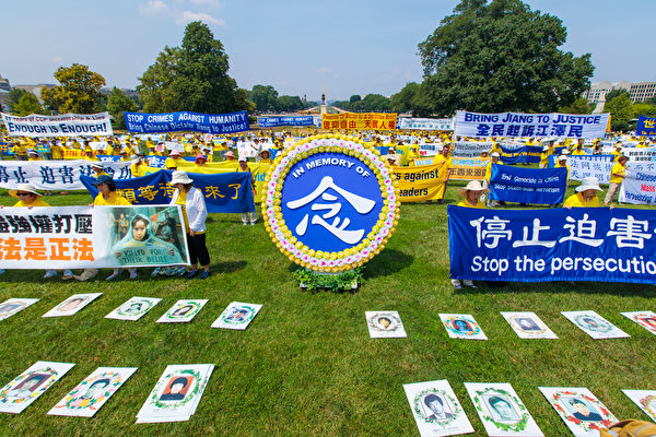 集会中心拜访了巨型花圈,悼念在中国被迫害致死的法轮功学员。(Mark Zou/大纪元)