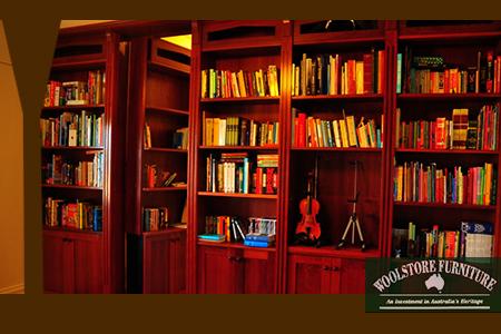 定制暗壁书橱。(Woolstore Furniture提供)